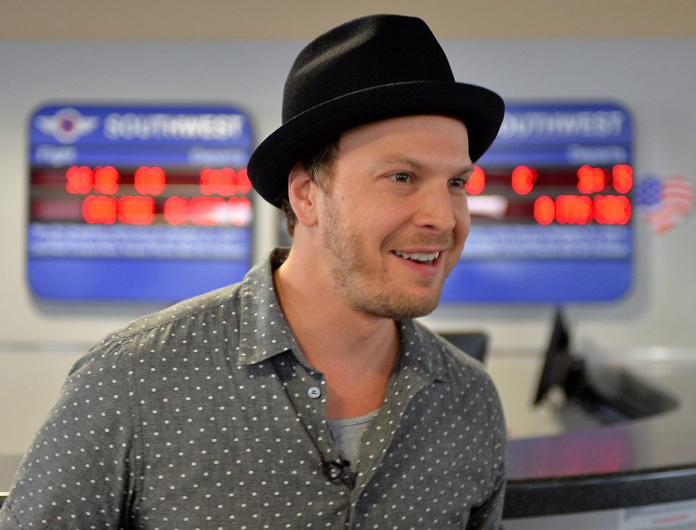 . 0822_NWS_TDB-L-SOUTHWEST-- 20130821 - Los Angeles, CA -- Staff Photo: Robert Casillas / LANG --- Southwest Airlines passengers traveling from Phoenix to LAX were treated to a mini-concert by singer-songwriter Gavin DeGraw Wednesday. The performance was part of  Live at 35 series.  DeGraw at Phoenix Airport.