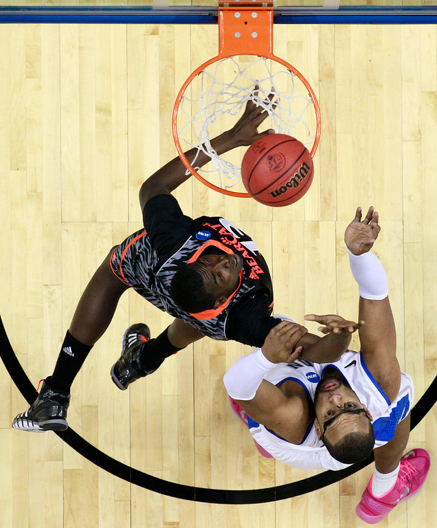 . Cincinnati\'s Cheikh Mbodj, left, goes up for a shot against Creighton\'s Gregory Echenique during the first half of a second-round game of the NCAA college basketball tournament, Friday, March 22, 2013, in Philadelphia. (AP Photo/Matt Slocum)