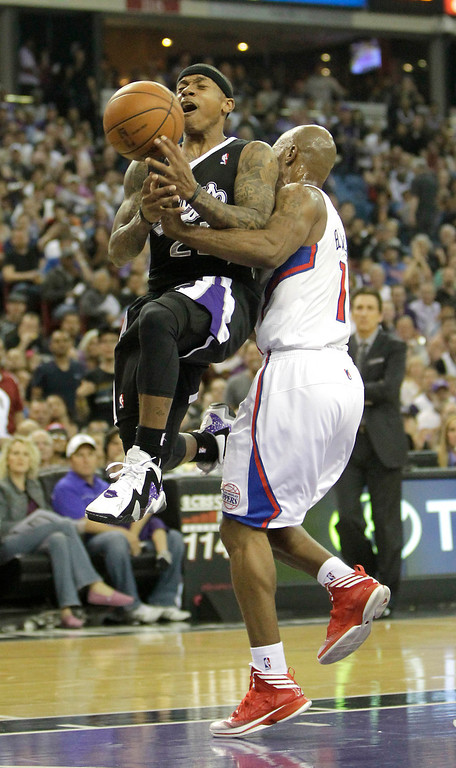 . Sacramento Kings guard Isaiah Thomas, left, is fouled by Los Angeles Clippers guard Chauncey Billups during the third quarter of  an NBA basketball game in Sacramento, Calif., Wednesday,  April 17, 2013.  The Clippers own 112-108.(AP Photo/Rich Pedroncelli)