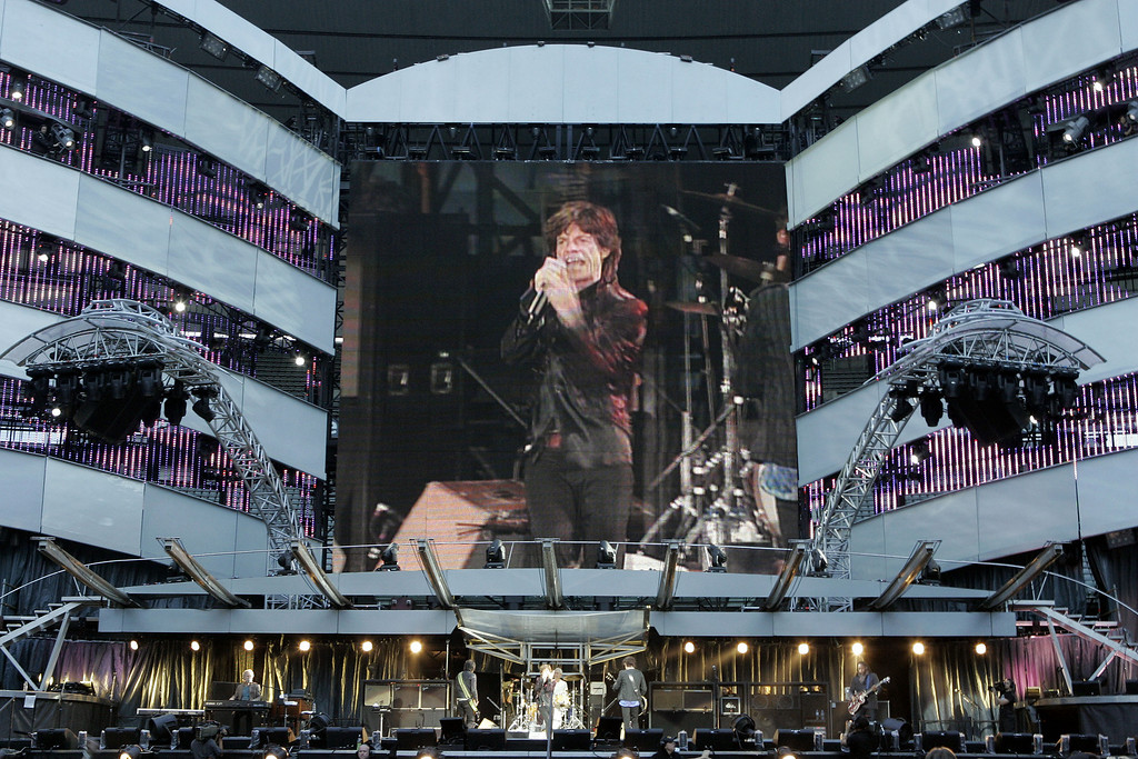 ". Mick Jagger is seen on a large scree as he performs during the concert of the Rolling Stones ""Bigger Bang\"" tour at the Stade de France stadium in Saint Denis, north of Paris, Saturday, June 16, 2007. (AP Photo/Christophe Ena)"