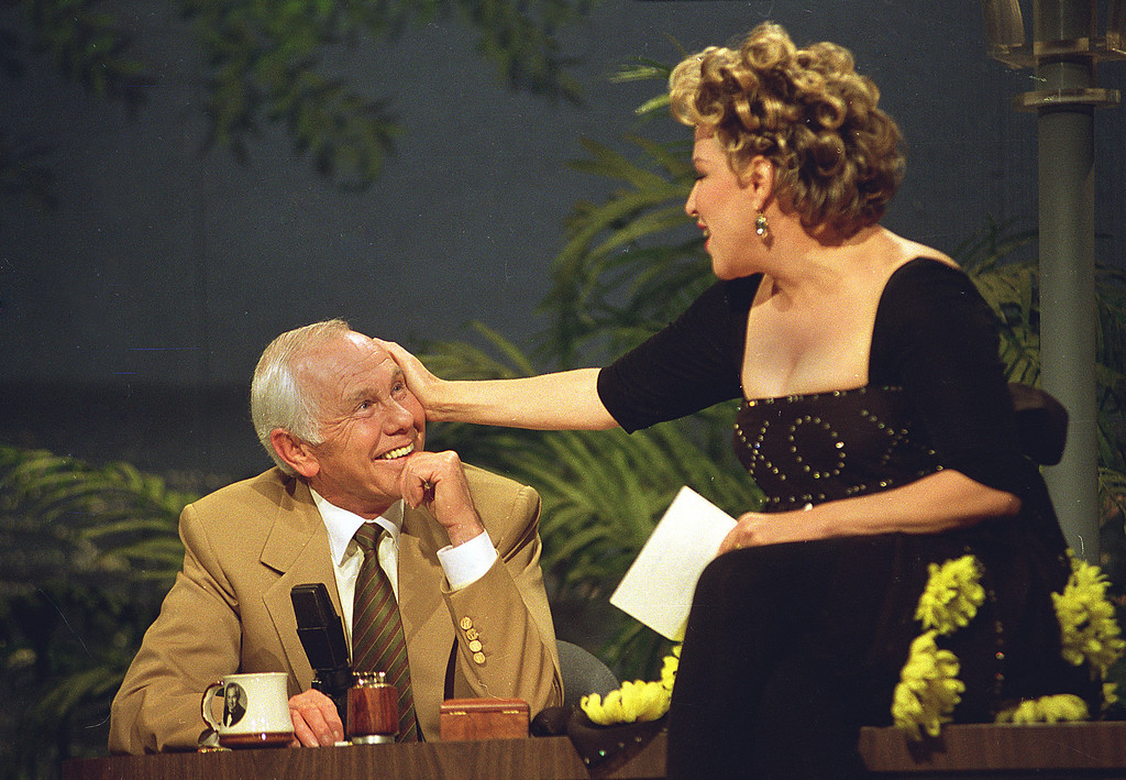 """. Entertainer Bette Midler caresses talk show host Johnny Carson during his next-to-last taping of the \""""Tonight Show\"""" in Burbank, Ca., Thursday, May 21, 1992.  Carson will retire tomorrow after 30 years of late-night television.  (AP Photo/Douglas C. Pizac)"""