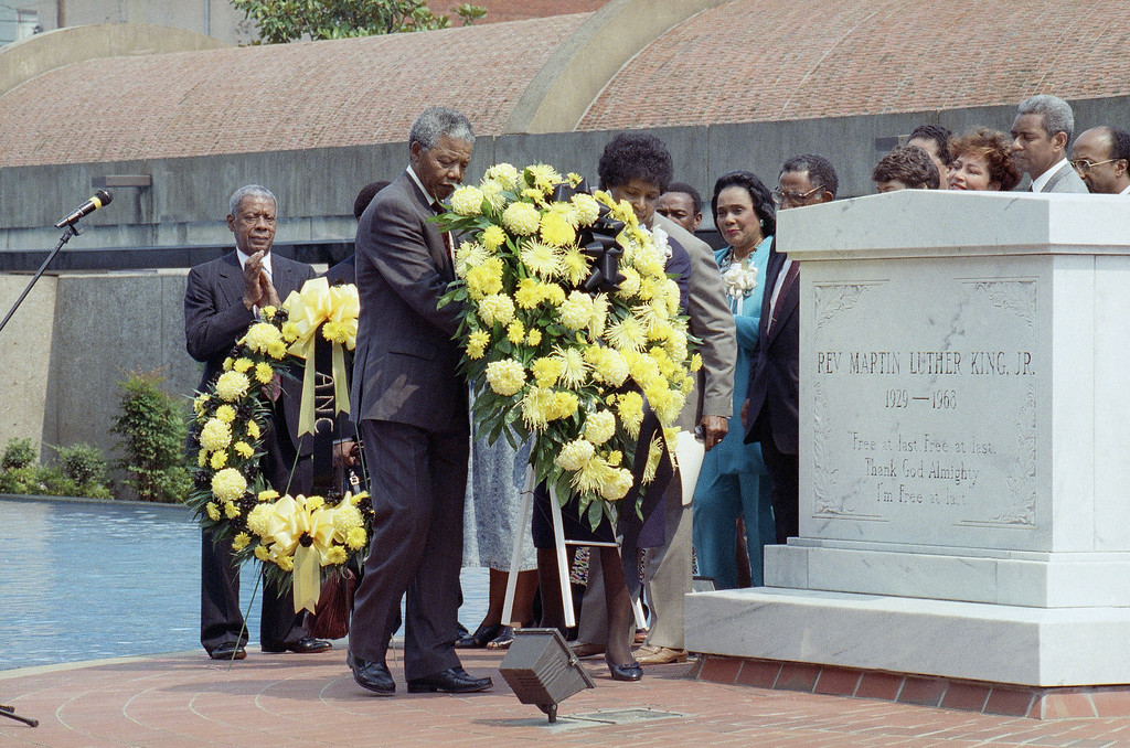 . Nelson Mandela, deputy president of the African National Congress, and his wife Winnie place a wreath at the tomb of the Rev. Martin Luther King Jr. in Atlanta Wednesday, June 27, 1990.   Earlier Mandela refused to completely embrace King\'s policy of non-violence.  King\'s widow, Coretta Scott King, looks on between Mrs. Mandela and the tomb. (AP Photo/David Longstreath)