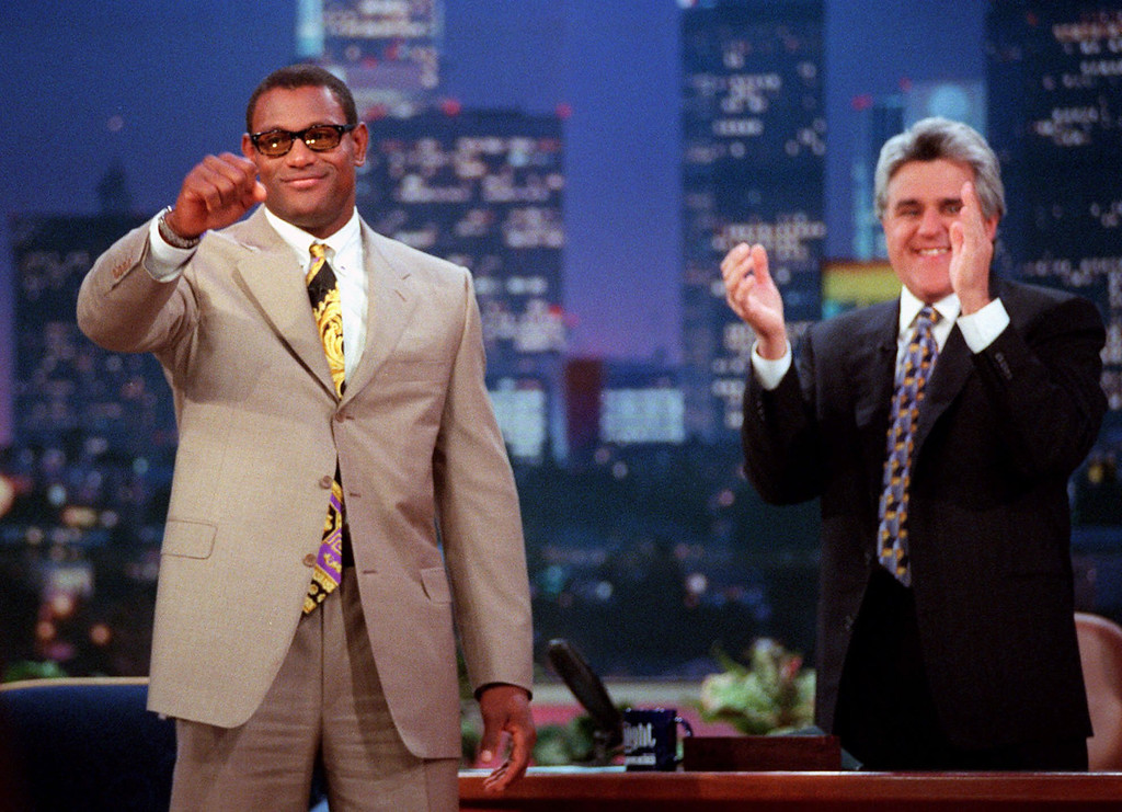 ". Chicago Cubs slugger Sammy Sosa, left, gets a standing ovation from Jay Leno and the ""The Tonight with Jay Leno\"" audience Thursday, Oct. 8, 1998, in Burbank, Calif. Sosa was a guest on the show. (AP Photo/Kevork Djansezian)"