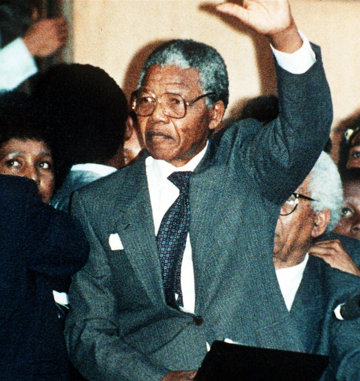 . FIRST ADDRESS IN FREEDOM: ANC leader Nelson Mandela waves to thousands of his supporters in Cape Town, South Africa, during his first address after spending 27 years in jail. (AP-Photo/str/Udo Weitz/-02/11/1990-)