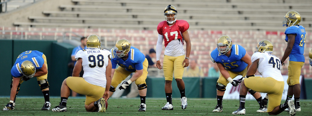 Description of . UCLA quarterback Brett Hundley (17) during the football spring showcase college football game in the Rose Bowl on Saturday, April 27, 2013 in Pasadena, Calif.    (Keith Birmingham Pasadena Star-News)