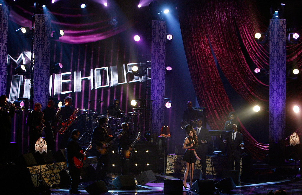 """. UNIVERSAL CITY, CA - JUNE 03:  Singer Amy Winehouse performs \""""Rehab\"""" onstage during the 2007 MTV Movie Awards held at the Gibson Amphitheatre on June 3, 2007 in Universal City, California.  (Photo by Kevin Winter/Getty Images)"""
