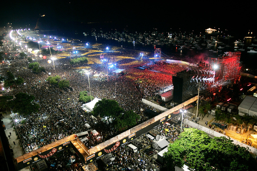 . People gather to attend the Rolling Stones \'A Bigger Bang\' free concert at the Copacabana beach, in Rio de Janeiro, Brazil, on Saturday, Feb 18, 2006.  (AP Photo/Silvia Izquierdo)