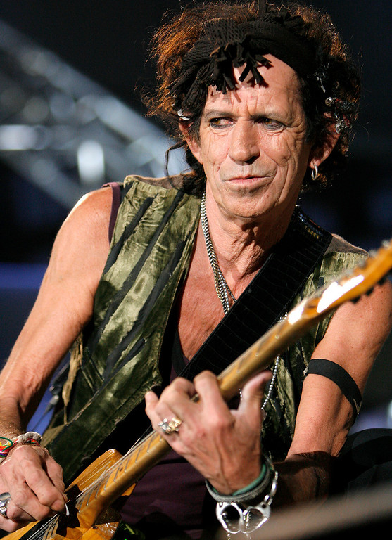 ". Keith Richards performs during a concert of the Rolling Stones ""A Bigger Bang\"" European Tour, in Bucharest, Romania, Tuesday July 17, 2007. (AP Photo/Vadim Ghirda)"