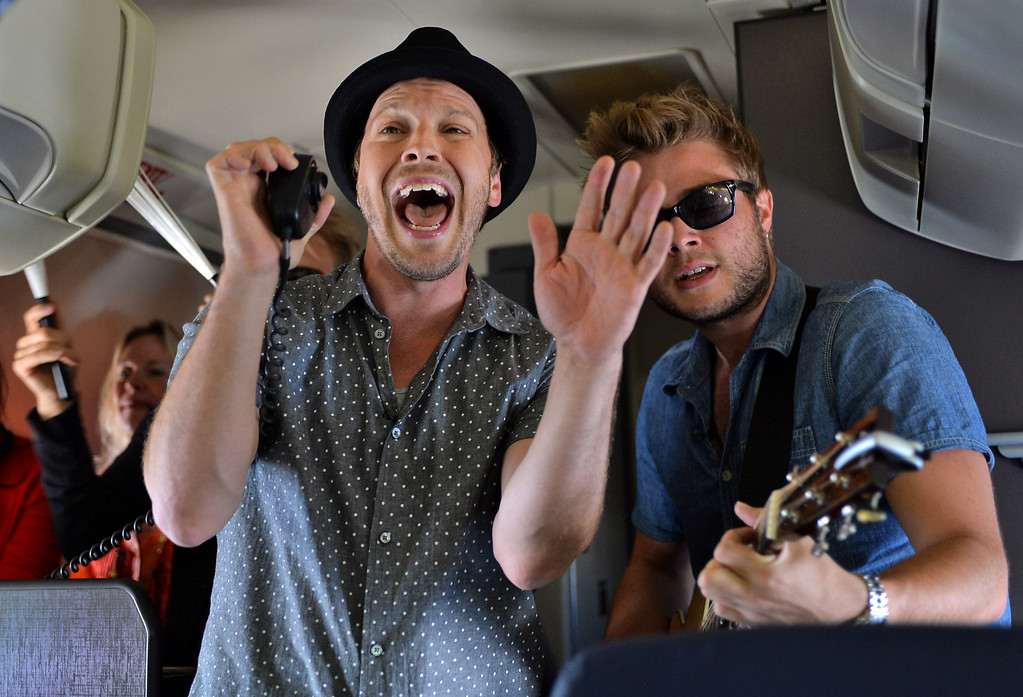 """. 0822_NWS_TDB-L-SOUTHWEST-- 20130821 - Los Angeles, CA -- Staff Photo: Robert Casillas / LANG --- Southwest Airlines passengers traveling from Phoenix to LAX were treated to a mini-concert by singer-songwriter Gavin DeGraw Wednesday. The performance was part of  Live at 35 series. DeGraw gets the passengers moving to his hit \""""Best I Ever Had\"""""""