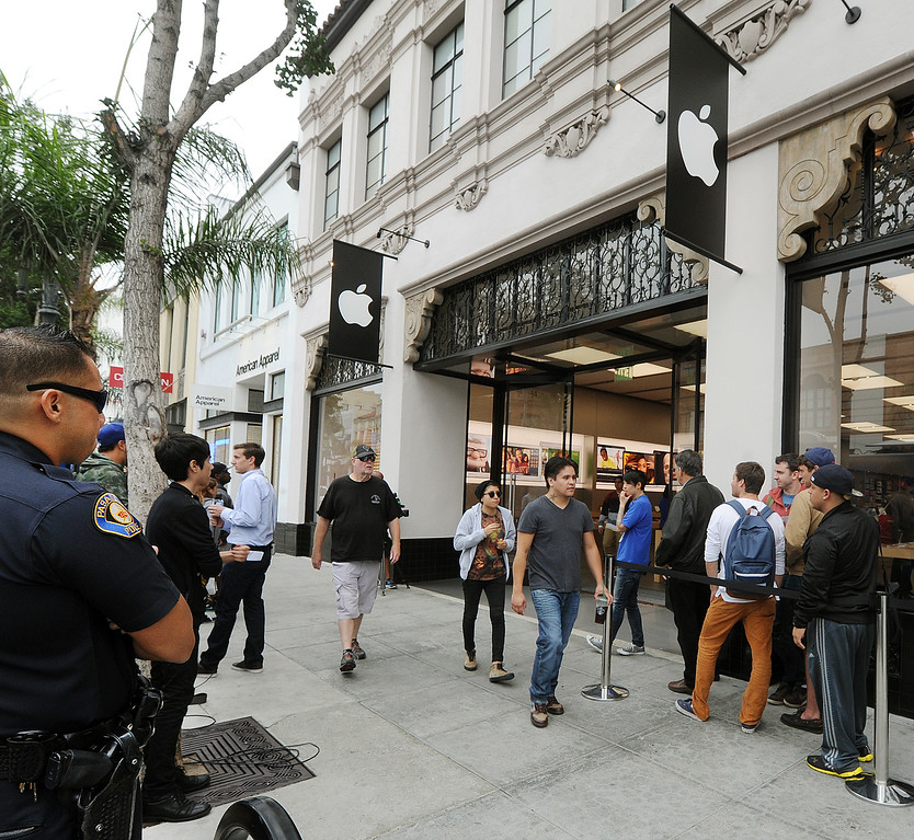 . Long lines of people waiting to purchase new IPhones at Apple Store in Pasadena Friday, September 20, 2013. Pasadena Police detained three people after a fight erupted outside Apple Store,where a crowd waited overnight for release of the new iPhone. The fight was over homeless people who were promised $40 and didn\'t get paid, to wait overnight to purchase IPhones for a buyer.(Photos by Walt Mancini/Pasadena Star-News)