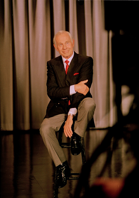 ". Talk show host Johnny Carson reflects on his 30 years as host of the ""Tonight Show\"" during taping of his last show at NBC Studios in Burbank, Calif., Friday, May 22, 1992.  (AP Photo/Douglas C. Pizac)"