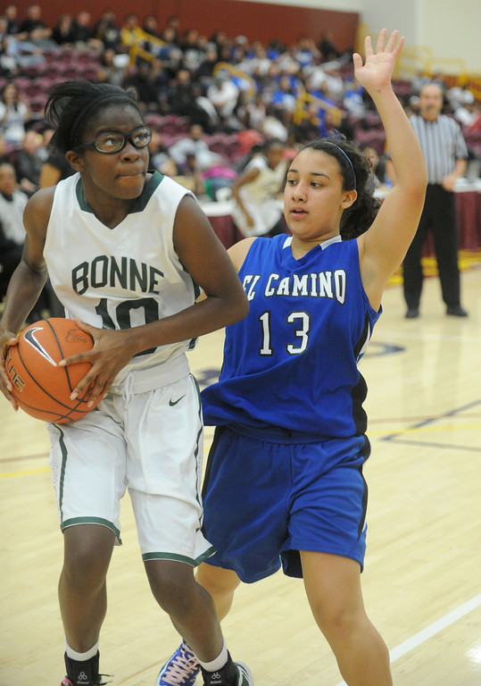 . 02-23-2012--(LANG Staff Photo by Sean Hiller)- Narbonne beat El Camino Real 47-39 in Saturday\'s L.A. City Section Division I semifinal girls basketball game. Narbonne\'s Lauryn Catching (10) moves in on El Camino\'s Lindsey Rodriguez (13).