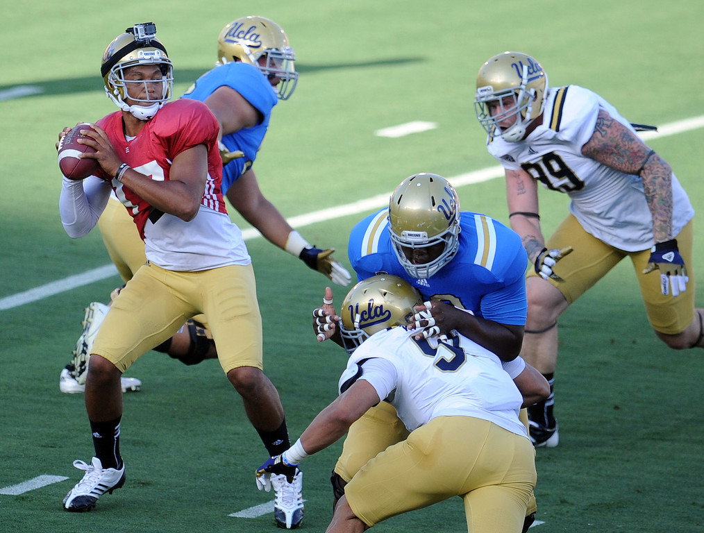 Description of . UCLA quarterback Brett Hundley (17) passes during the football spring showcase college football game in the Rose Bowl on Saturday, April 27, 2013 in Pasadena, Calif.    (Keith Birmingham Pasadena Star-News)