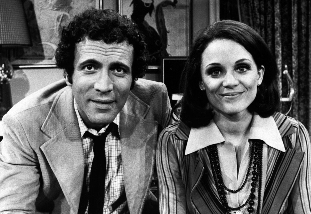 """. David Groh, who plays Joe, and Valerie Harper, who stars as Rhoda Morgenstern, are shown on the set of \""""Rhoda\"""". (AP Photo/CBS)"""