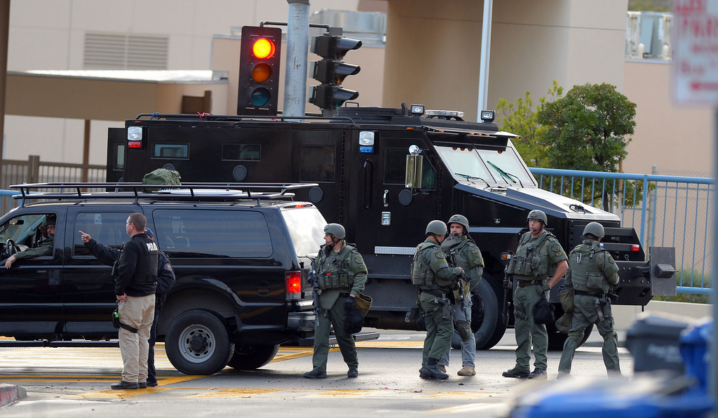 . Signal Hill and Long Beach police and SWAT search for a suspect in the area of 20th St and St Louis Ave. in SIGNAL HILL, CA on Friday, February 28, 2014.  (Photo by Scott Varley, Daily Breeze)