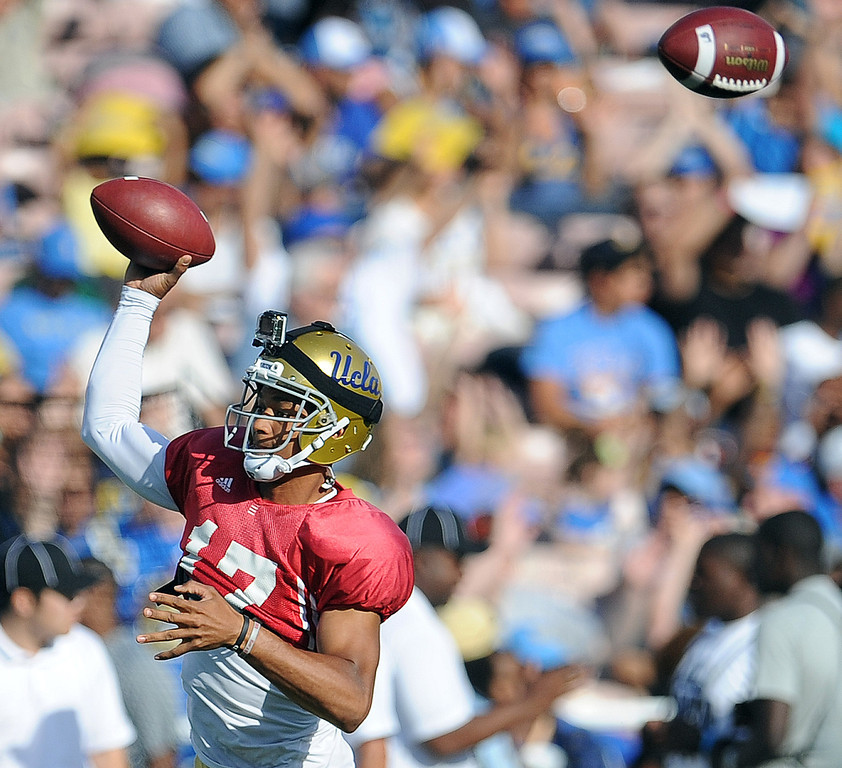 Description of . UCLA quarterback Brett Hundley (17) passes during their football spring showcase college football game in the Rose Bowl on Saturday, April 27, 2013 in Pasadena, Calif.    (Keith Birmingham Pasadena Star-News)