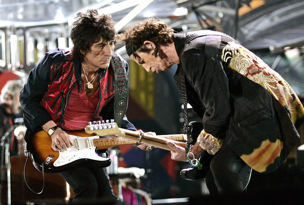 . Rolling Stones\' Ron Wood, left, and  Keith Richards play during the Rolling Stones \'A Bigger Bang\' free concert at the Copacabana beach, in Rio de Janeiro, Brazil, on Saturday, Feb 18, 2006. (AP Photo/Silvia Izquierdo)