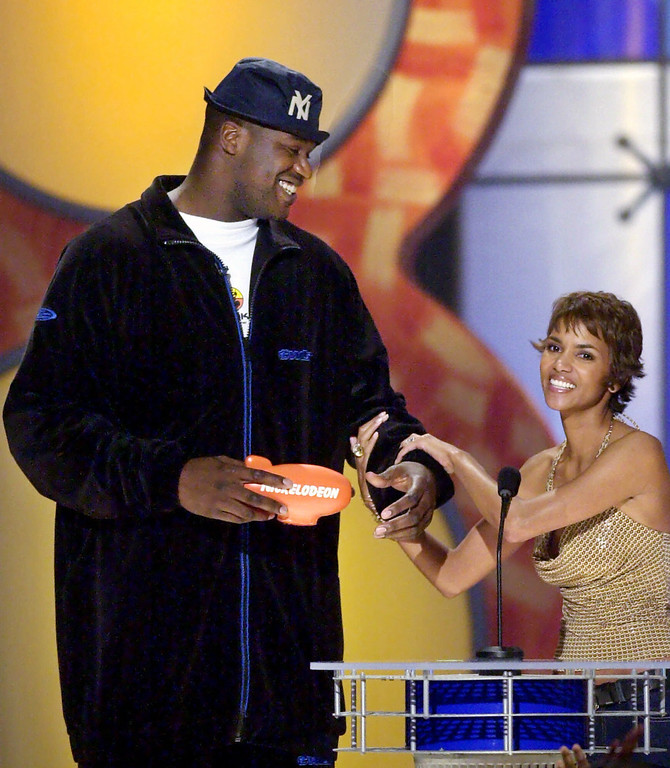 . Los Angeles Lakers\' Shaquille O\'Neal receives the award for favorite sports team for the Lakers from presenter Halle Berry during the Nickelodeon\'s Kid\'s Choice Awards in Santa Monica, Calif., Saturday, April 21, 2001. (AP Photo/Kevork Djansezian)